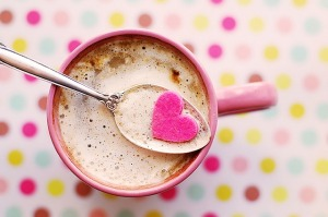 Tasse von oben aufgenommen, in der ein pinkes Herz schwimmt.