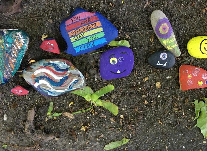 Bunte Steine als Symbol der Hoffnung in der Corona-Krise