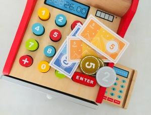 Spielzeugkasse mit Spielgeld von oben