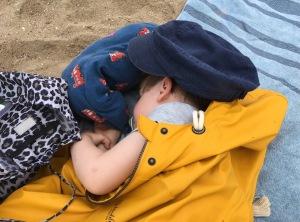 Schlafendes Kind mit Kuschelkissen