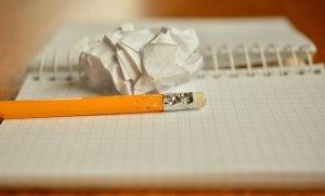 Bleistift auf aufgeschlagenem Notizblock