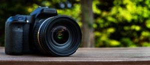 Kamera vor grünem Hintergrund
