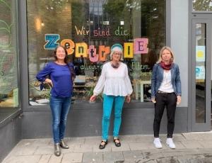 Mitarbeiterinnen vor der Fensterfront des Zentrums für Alleinerziehende Eltern