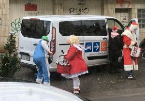 Der Weihnachtsmann nutzt Carsharing.