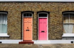 Reihenhaus, zwei bunte Türen nebeneinander.