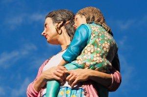 Mutter mit Kind auf dem Arm (Skulptur)