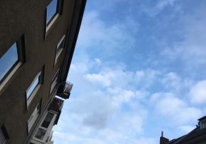 Blauer Himmel zwischen Häusern.
