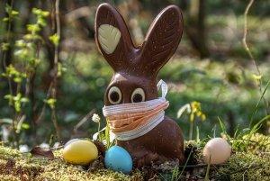 Schokoladen-Osterhase mit Mundnasenschutz.