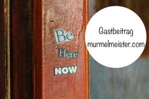 """Türrahmen mit Schriftzug """"Be here now"""""""