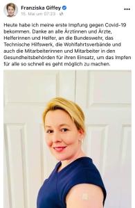 FB-Post: Familienministerin Franziska Giffey nach Impfung gegen Covid-19 mit Pflaster auf Oberarm.