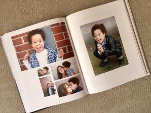 """Buch """"Außergewöhnlich"""". Lachender Junge mit Trisomie 21."""