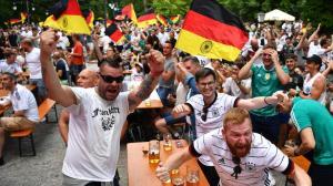 EM 2021: Jubelnde Fußballfans beim Public Viewing ohne Abstand und Maske