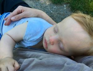 Schlafendes Baby von oben fotografiert.
