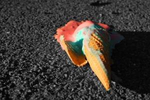 Eiswaffel, die auf den Boden gefallen ist.